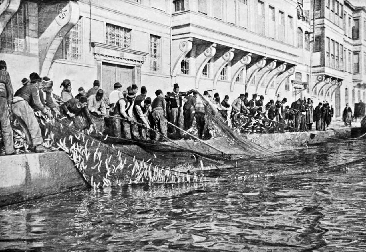 balikcilar-uskumrulari-karaya-cekerken-1910-bebek-sahili.jpg